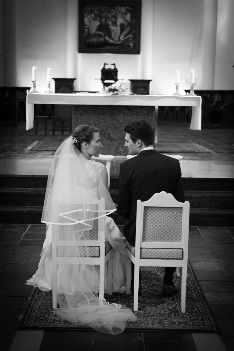 photo mariés église photo noir&blanc