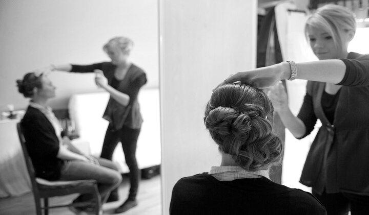 Le photographe de mariage est présent dès les préparatifs de la mariée