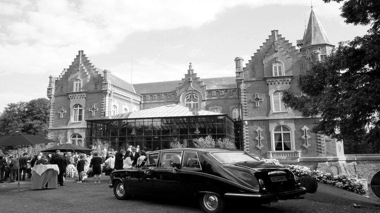 L'arrivée des mariés, reportage mariage en noir et blanc
